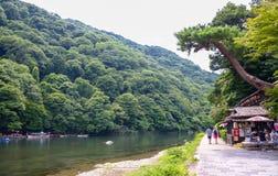 Κιότο, Ιαπωνία - 24 Ιουλίου 2016 Ποταμός Katsura στην περιοχή Arashiyama του Κιότο, Ιαπωνία Στοκ φωτογραφία με δικαίωμα ελεύθερης χρήσης