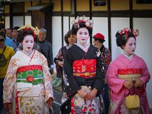 Κιότο, Ιαπωνία - 10 Μαΐου: Τα χαμόγελα γκείσων στη κάμερα στη διάσημη περιοχή γκείσων Gion μπορούν επάνω 10, το 2014 στο Κιότο, Ι στοκ φωτογραφίες