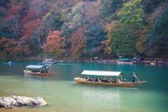 Κιότο, Ιαπωνία - 17 Νοεμβρίου 2017: Ξύλινη βάρκα για να φέρει τους τουρίστες Στοκ φωτογραφία με δικαίωμα ελεύθερης χρήσης