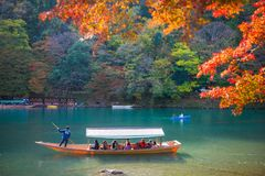 Κιότο, Ιαπωνία - 17 Νοεμβρίου 2017: Ξύλινη βάρκα για να φέρει τους τουρίστες Στοκ Εικόνα