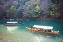Κιότο, Ιαπωνία - 17 Νοεμβρίου 2017: Ξύλινη βάρκα για να φέρει τους τουρίστες Στοκ εικόνα με δικαίωμα ελεύθερης χρήσης