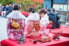 Κιότο, Ιαπωνία - 17 Νοεμβρίου 2017: Τα κορίτσια κιμονό απολαμβάνουν το κόκκινο φθινοπώρου Στοκ εικόνα με δικαίωμα ελεύθερης χρήσης