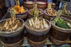 Κιότο, Ιαπωνία - συντηρημένα λαχανικά για την πώληση στο σημάδι Nishiki Στοκ φωτογραφία με δικαίωμα ελεύθερης χρήσης