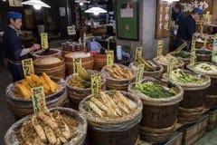 Κιότο, Ιαπωνία - συντηρημένα λαχανικά για την πώληση στο σημάδι Nishiki Στοκ Φωτογραφίες