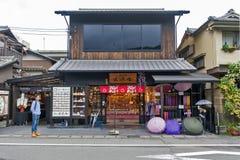 Κιότο, Ιαπωνία - το Μάρτιο του 2016: Κατάστημα αναμνηστικών σε Arashiyama Στοκ Φωτογραφία
