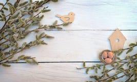 Κλάδοι στους παλαιούς ξύλινους πίνακες Τοπ όψη Ένα σύμβολο της αναγέννησης στοκ φωτογραφίες
