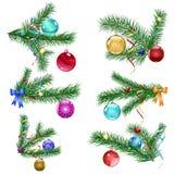 Κλάδοι χριστουγεννιάτικων δέντρων με τις σφαίρες Χριστουγέννων Στοκ Φωτογραφία