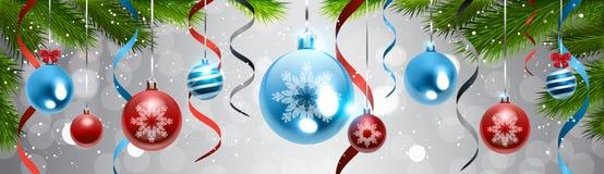 Κλάδος δέντρων πεύκων υποβάθρου διακοσμήσεων Χριστουγέννων με το ζωηρόχρωμο οριζόντιο έμβλημα διακοσμήσεων διακοπών σφαιρών Στοκ εικόνες με δικαίωμα ελεύθερης χρήσης