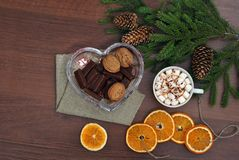 Κλάδος, καφές, marshmallow, ξύλα καρυδιάς και σοκολάτα χριστουγεννιάτικων δέντρων σε έναν ξύλινο πίνακα επάνω από την όψη νέο έτο Στοκ Εικόνες
