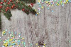 Κλάδος του FIR και πολύχρωμο κομφετί Στοκ φωτογραφία με δικαίωμα ελεύθερης χρήσης