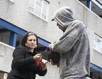 Κλέβοντας γυναίκα ανδρών στην οδό στοκ φωτογραφία με δικαίωμα ελεύθερης χρήσης