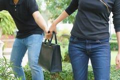 Κλέβοντας και τραντάζοντας τσάντα κλεφτών από τη γυναίκα στο δημόσιο πάρκο Στοκ φωτογραφίες με δικαίωμα ελεύθερης χρήσης