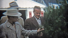 ΚΛΊΒΕΛΑΝΤ, ΟΧΑΙΟ 1953: Ο μπαμπάς επιδεικνύει αυτό το χριστουγεννιάτικο δέντρο ετών με την οικογένεια απόθεμα βίντεο