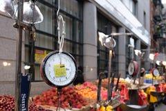 Κλίμακα αγοράς μπροστά από τις στάσεις των προμηθευτών φρούτων στοκ εικόνες