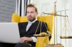 Κλίμακα βάρους της δικαιοσύνης, δικηγόρος στο υπόβαθρο Στοκ εικόνες με δικαίωμα ελεύθερης χρήσης