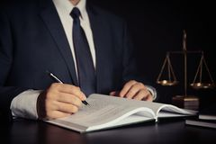 Κλίμακα βάρους της δικαιοσύνης Εργασία δικηγόρων στην αρχή στοκ φωτογραφίες