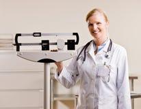 κλίμακες γιατρών που στέ&kappa στοκ φωτογραφία με δικαίωμα ελεύθερης χρήσης