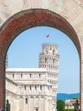 Κλίνοντας πύργος στην Πίζα, Di Πίζα Torre pendente Άποψη μέσω της αψίδας της νέας πύλης, Porta Nuova Τοσκάνη, Ιταλία, κόσμος της  Στοκ φωτογραφία με δικαίωμα ελεύθερης χρήσης