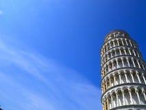 Κλίνοντας πύργος όφσετ της Πίζας με τον ουρανό και τα σύννεφα στοκ εικόνα