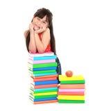 κλίνοντας σπουδαστής σωρών κοριτσιών βιβλίων Στοκ Εικόνα