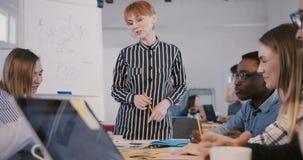 Κλίσεις καμερών επάνω στη νέα βέβαια επιχειρηματία που δίνει την ομιλ φιλμ μικρού μήκους