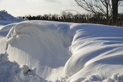 Κλίσεις χιονιού ακρών του δρόμου στοκ φωτογραφία με δικαίωμα ελεύθερης χρήσης
