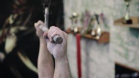 Κλίση επάνω του αθλητικού τύπου γυμνοστήθων που κάνει το τράβηγμα-UPS στους φραγμούς κατά τη διάρκεια της διαγώνιος-κατάρτισης wo απόθεμα βίντεο