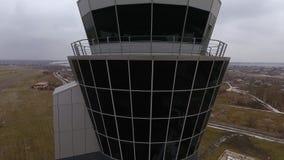 Κλίση επάνω του πύργου ελέγχου διοικητικού αέρα πτήσεων στο διεθνή αερολιμένα απόθεμα βίντεο