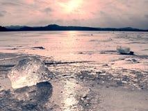 Κλίση επιπλέοντος πάγου παγόβουνων στο κρύο νερό του ωκεανού ή της θάλασσας στοκ εικόνα με δικαίωμα ελεύθερης χρήσης
