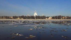 Κλίση πάγου άνοιξη στον ποταμό Neva στον καθεδρικό ναό Smolny Άγιος-Πετρούπολη απόθεμα βίντεο
