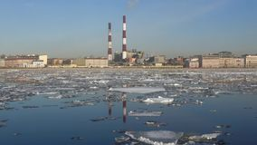Κλίση πάγου άνοιξη στο ανάχωμα Sinopskaya Πετρούπολη Άγιος απόθεμα βίντεο