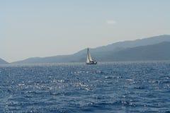κλίση που αλιεύει το μεσογειακό καθαρό τόνο θάλασσας Άσπρο πανί μόνο στοκ εικόνες
