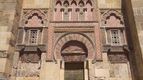 Κλίση που πυροβολείται της πόρτας και της πρόσοψης του μουσουλμανικού τεμένους της Κόρδοβα, Ανδαλουσία, Ισπανία φιλμ μικρού μήκους