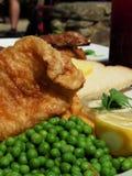 Κλασικά βρετανικά ψάρια και τσιπ Στοκ φωτογραφίες με δικαίωμα ελεύθερης χρήσης