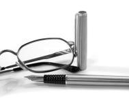Κλασικά γυαλιά και ανοικτή πέννα Στοκ Φωτογραφίες