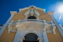 κλασικά ευρωπαϊκά αρχιτ&epsilo Κλείστε επάνω το ιστορικό faca οικοδόμησης στοκ φωτογραφία με δικαίωμα ελεύθερης χρήσης