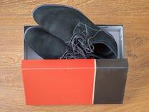 Κλασικά μαύρα παπούτσια ατόμων ` s φιαγμένα από γνήσιο δέρμα στο κιβώτιο Στοκ φωτογραφία με δικαίωμα ελεύθερης χρήσης