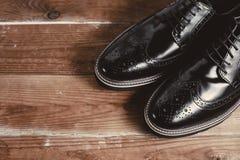 Κλασικά μαύρα παπούτσια στο ξύλινο υπόβαθρο Στοκ Εικόνες