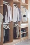 Κλασικά φορέματα χρώματος στην ξύλινη ντουλάπα στοκ φωτογραφίες με δικαίωμα ελεύθερης χρήσης