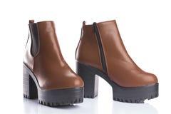 Κλασικές καφετιές μπότες με τα κοντόχοντρα τακούνια για την ένδυση άνοιξης ή φθινοπώρου Στοκ Φωτογραφία