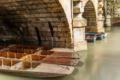 Κλασικές ξύλινες βάρκες που ελλιμενίζονται στον ποταμό στην Οξφόρδη - 8 Στοκ Εικόνες