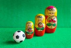 Κλασική γραπτή σφαίρα ποδοσφαίρου με τις ρωσικές να τοποθετηθεί κούκλες Στοκ Φωτογραφίες
