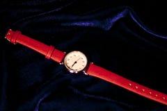 Κλασική γυναίκα κινηματογραφήσεων σε πρώτο πλάνο wristwatch με το βραχιόλι δέρματος Στοκ Φωτογραφίες
