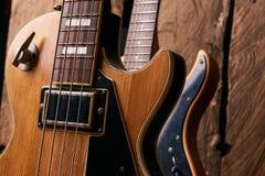 Κλασική ηλεκτρική κιθάρα και ξύλινη ηλεκτρική βαθιά κιθάρα Στοκ Εικόνα