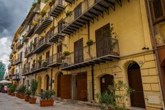 Κλασική ιταλική παλαιά αρχιτεκτονική που στηρίζεται στο περπάτημα της οδού στο Παλέρμο, Σικελία στοκ φωτογραφία με δικαίωμα ελεύθερης χρήσης