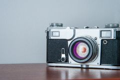 Κλασική κάμερα στο ράφι στο υπόβαθρο τοίχων Στοκ εικόνα με δικαίωμα ελεύθερης χρήσης
