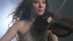 Κλασική μουσική, βιολί στα όπλα του μουσικού καλλιτέχνη στη συμφωνική ορχήστρα απόθεμα βίντεο