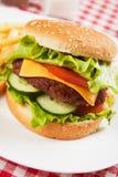 κλασική ντομάτα μαρουλιού χάμπουργκερ τυριών Στοκ εικόνες με δικαίωμα ελεύθερης χρήσης