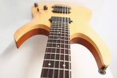 Κλασική ξύλινη ηλεκτρική κιθάρα μορφής με rosewood το λαιμό Στοκ φωτογραφία με δικαίωμα ελεύθερης χρήσης