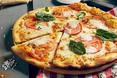 Κλασική πίτσα της Μαργαρίτα Στοκ Εικόνες